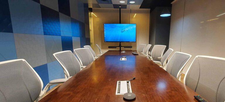 חדר ישיבות חכם – חברת PLUS500